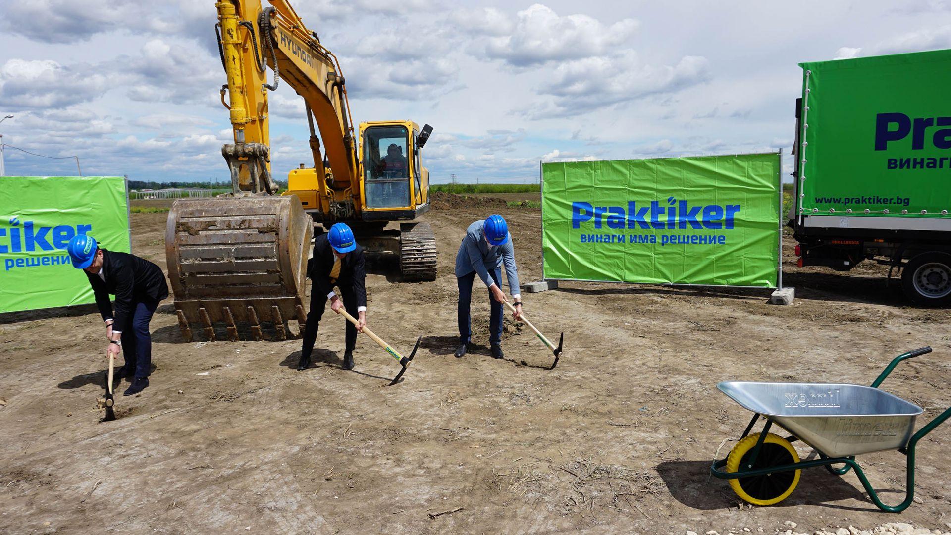 (от ляво надясно): г-н Йордан Йорданов, г-н Тодор Белчев и г-н Костадин Чуклев правят ритуална първа копка на новия обект.