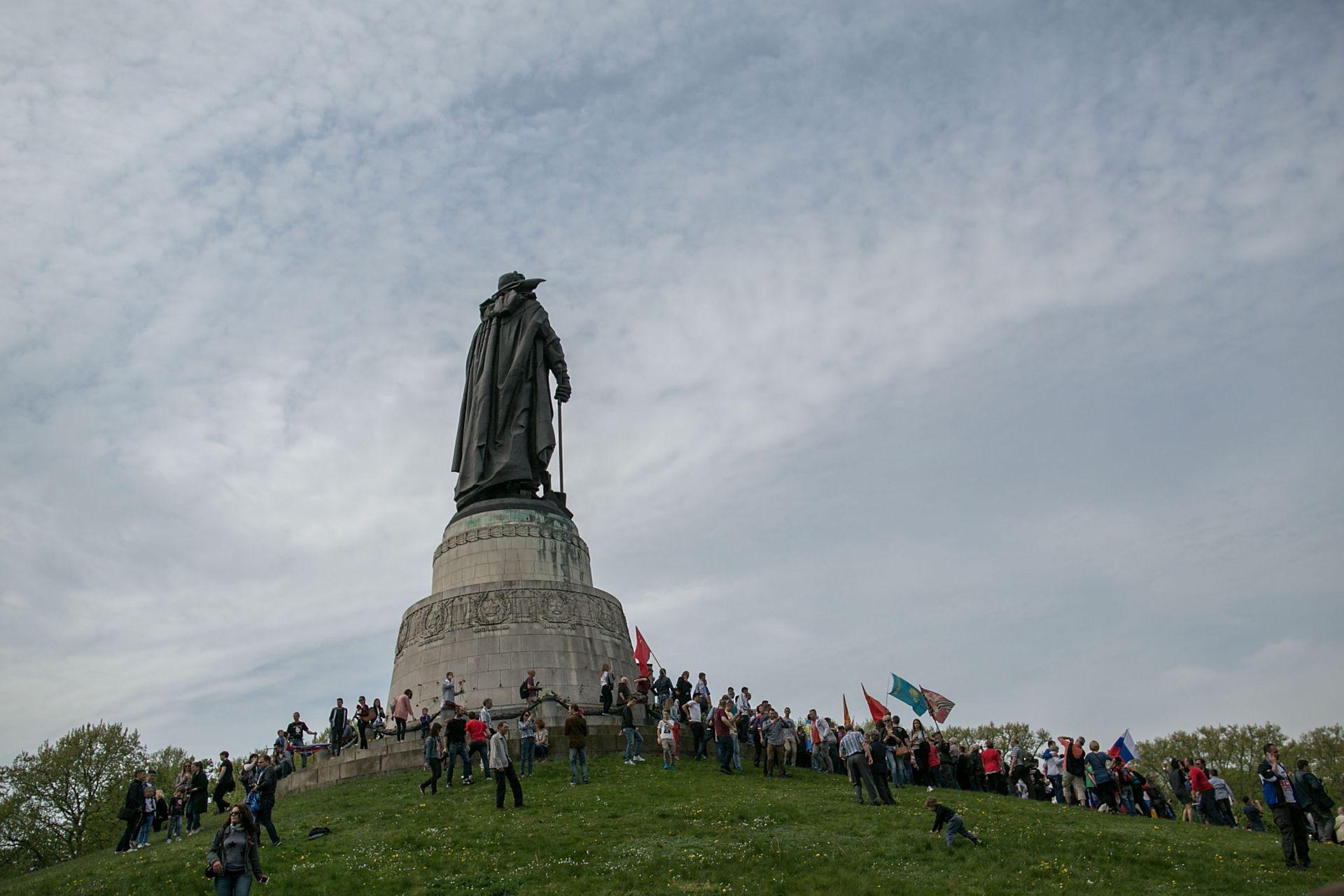 Денят на победата традиционна се отбелязва и пред военния мемориал в Трептов парк в Берлин