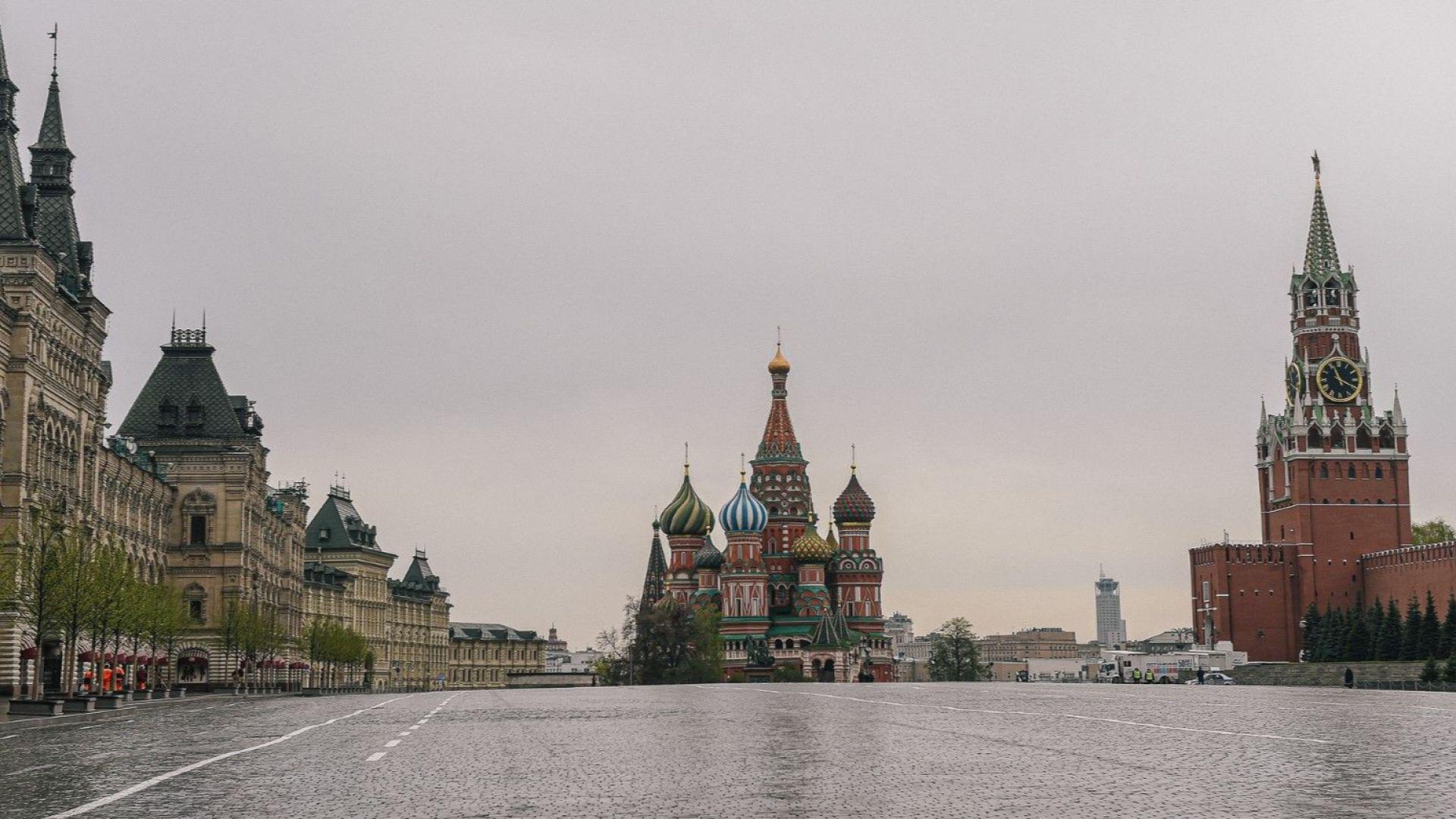 "Червеният площад затихна: руснаците отварят албумите и пеят ""День победы"" от балконите"