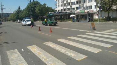 Кола блъсна 16-годишно момче на пешеходна пътека, автобус едва не го помете след това