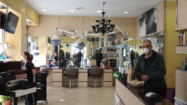 Фризьорите в Италия очакват клиентите си  с маски и шлемове