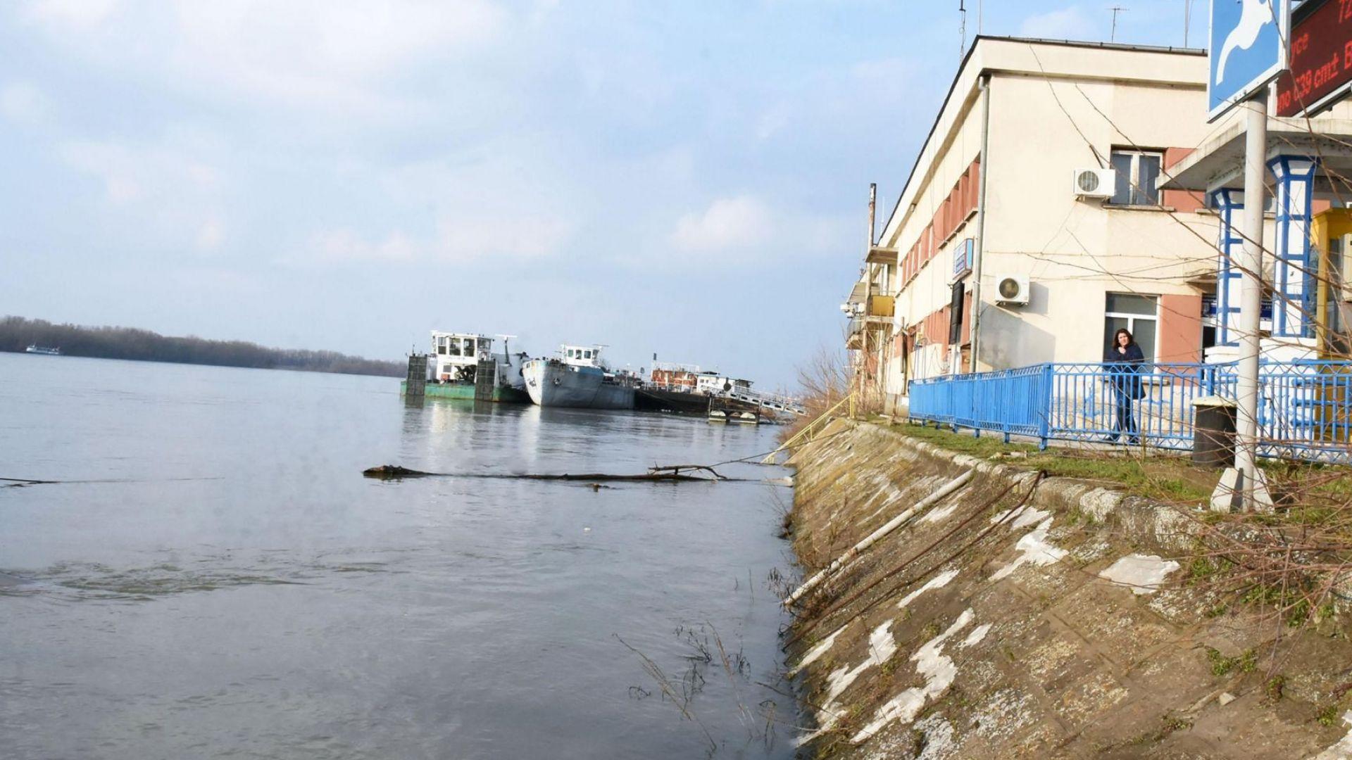 Заради силен вятър спряха пристанищните кранове в Русе