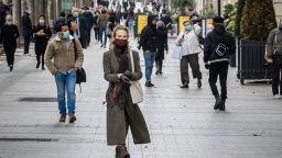 Парижани се връщат към живота след осем седмици на изолация (снимки)
