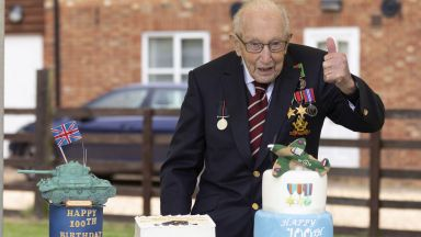 Лондон почете с древна церемония 100-годишния ветеран Том Мур, който събра £40 млн. (снимки, видео)