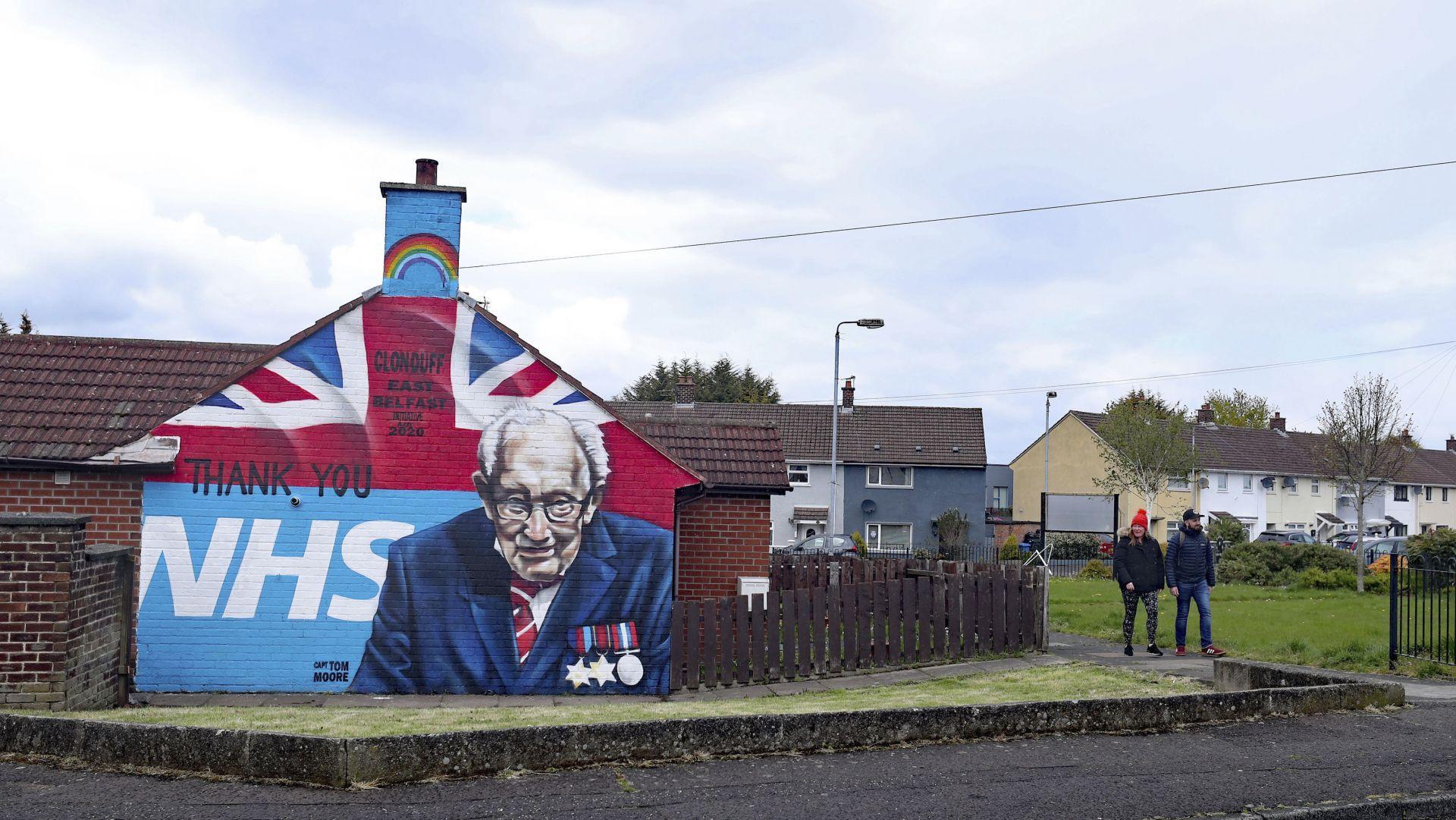 За благодарност ирландец изрисува стената на къщата си в Белфаст с лика на Том Кук