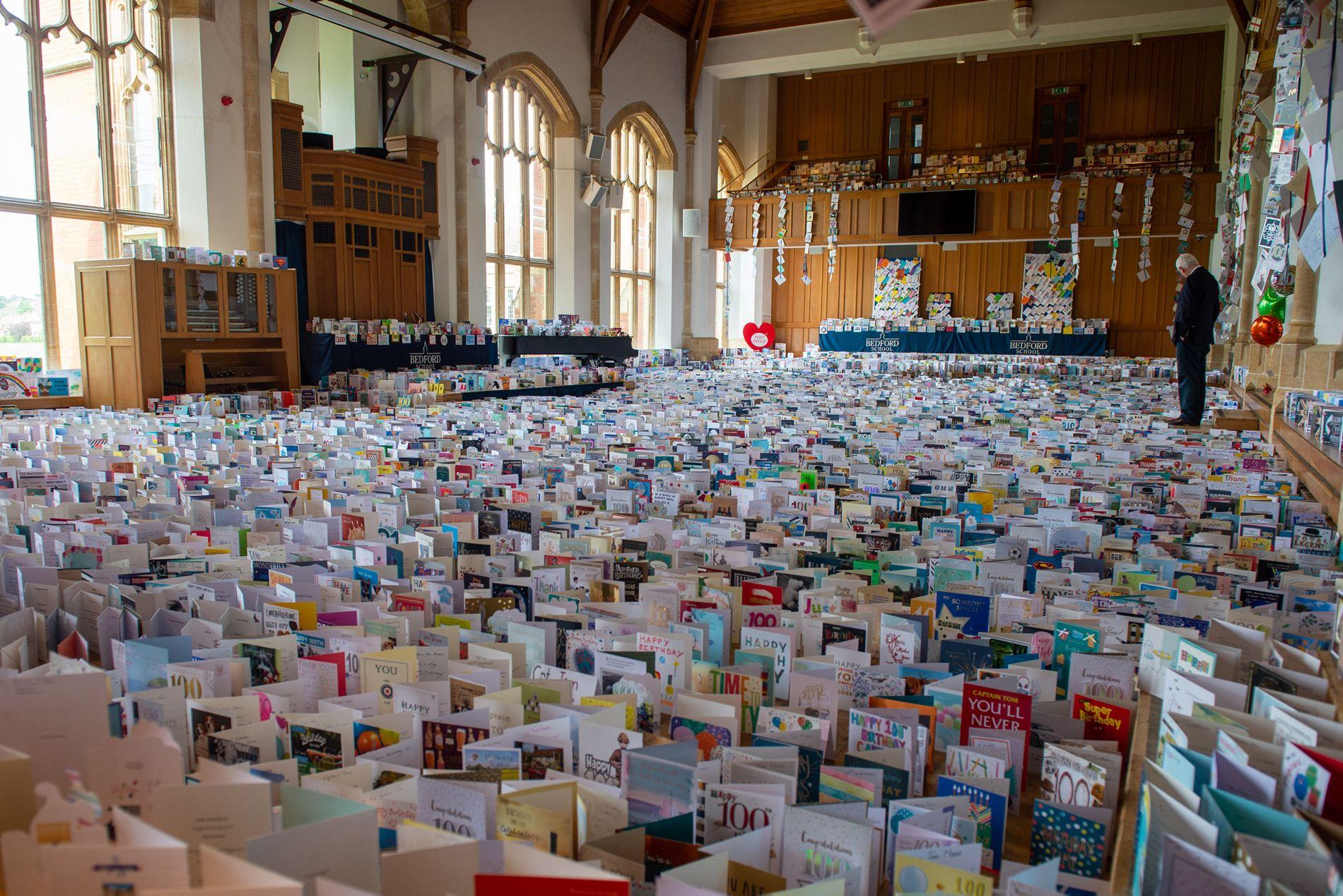 Хиляди картички за рожденика бяха събрани в училището в Бедфордшир