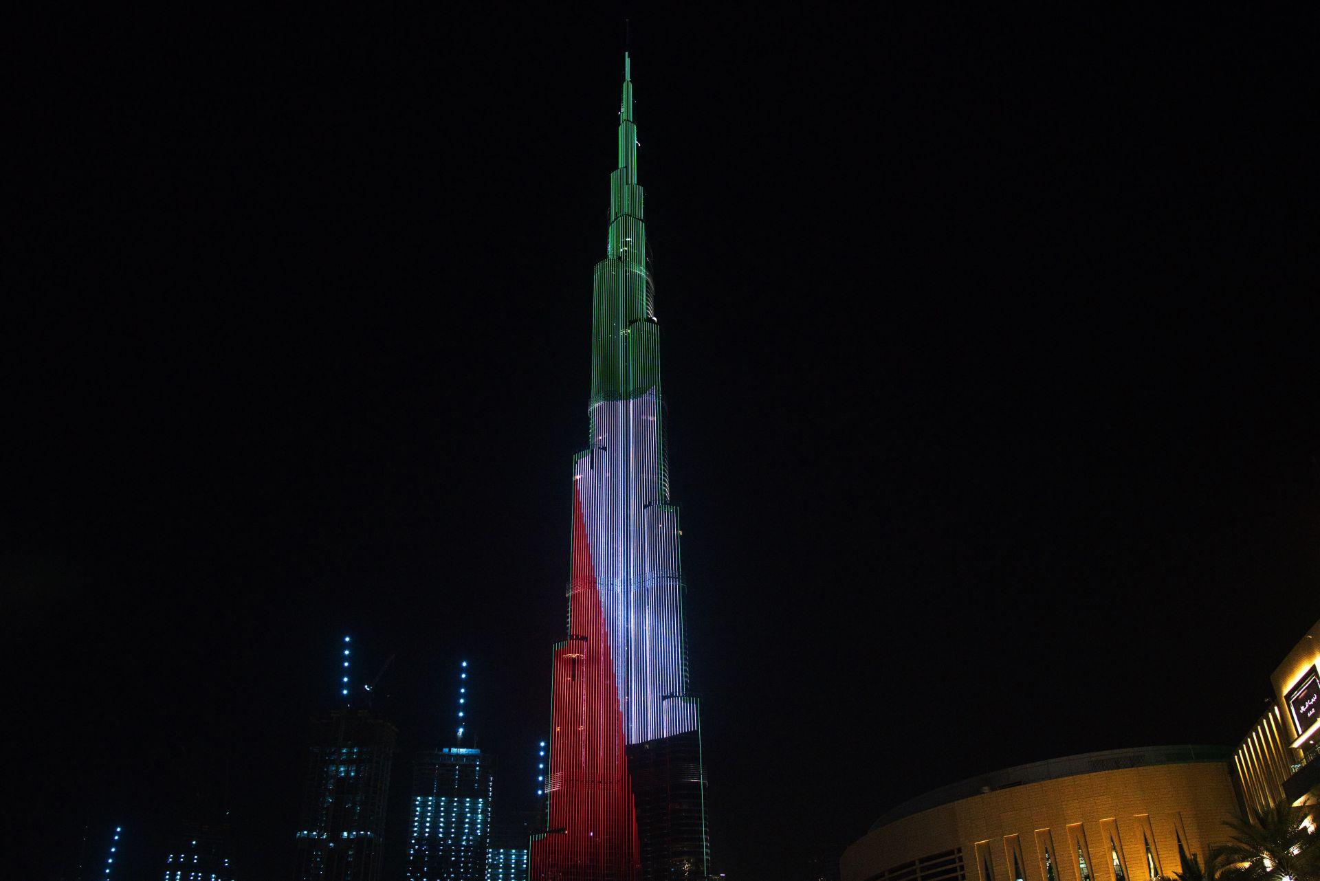 Кулата понякога свети и с цветовете на знамето на Обединените арабски емирства