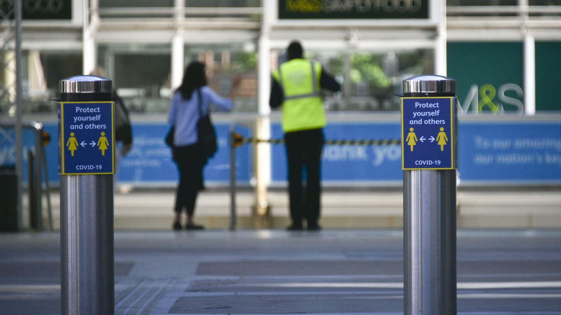 Британска влакова служителка почина от коронавирус, след като била наплюта от заразен