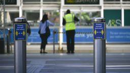 Британска влакова служителка почина от коронавирус, след като я наплюл заразен