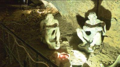 Преди 10 години стопаните на пещерата поставят на входа й фигури на първобитни хора, а днес атракцията е вече научно обоснована