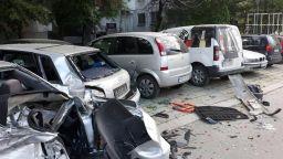 21-годишен пиян шофьор помля 5 паркирани коли в Пловдив (снимки)