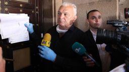"""Сашо Диков занесе акциите на """"Левски"""" пред МС, Борисов отказа да ги вземе (Снимки)"""
