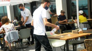 На фона на протестите ресторантьорите поискаха сервитьорите да са без маски