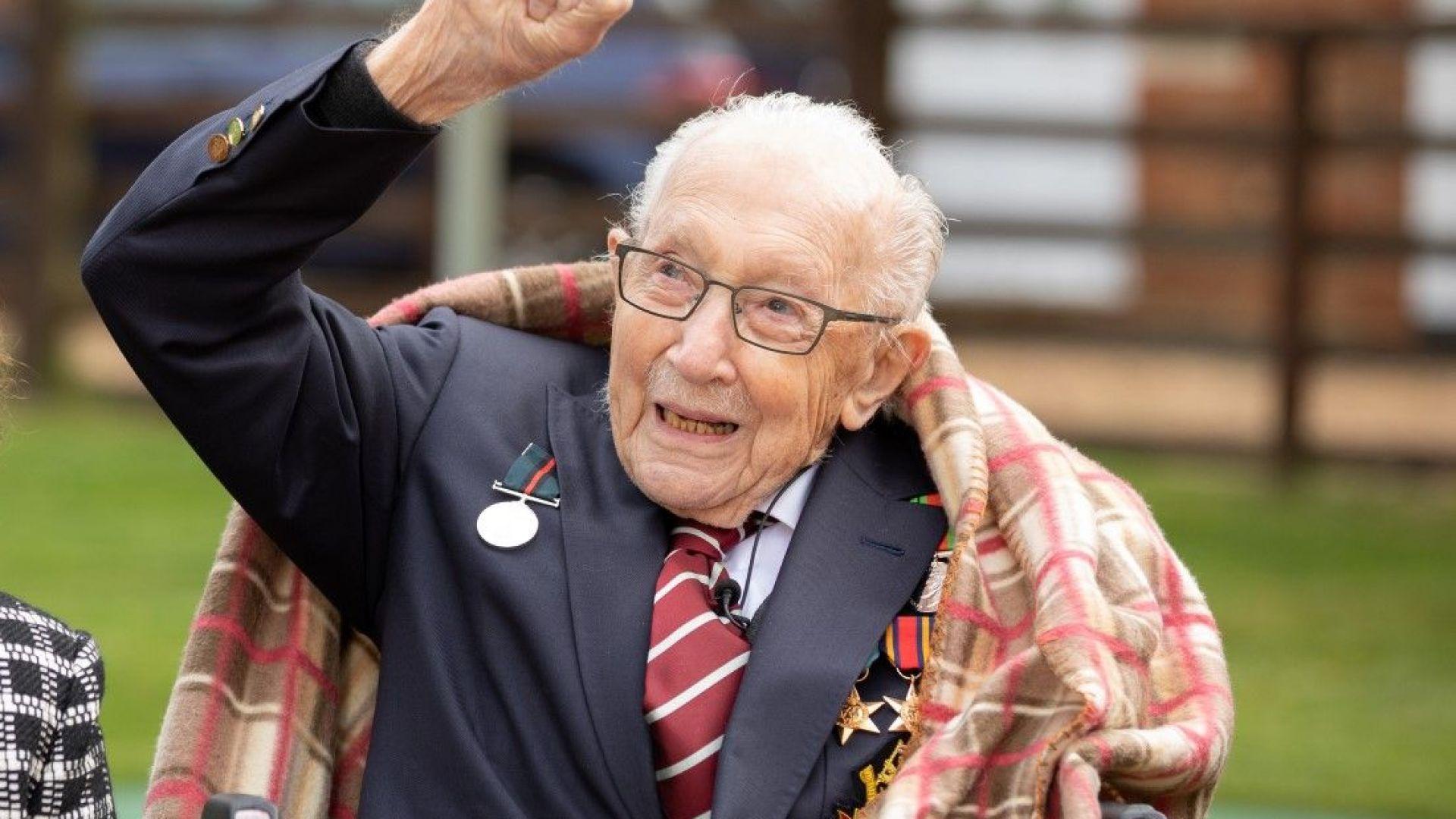Кралица Елизабет дава рицарско звание на 100-годишния Том Мур, събрал £40 млн.
