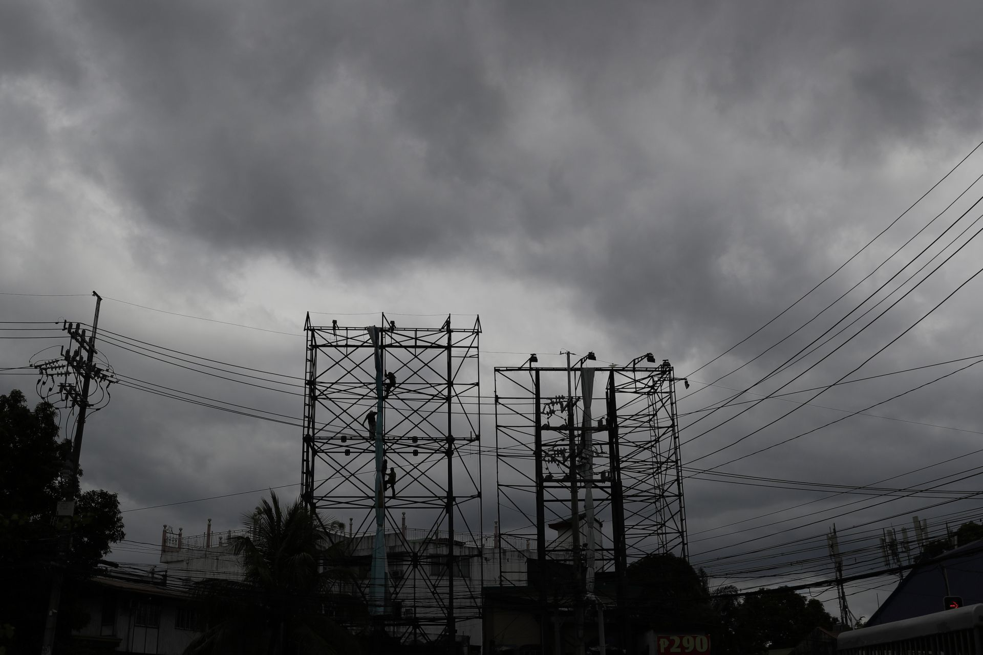 Тъмни облаци покриха небето над столицата Манила
