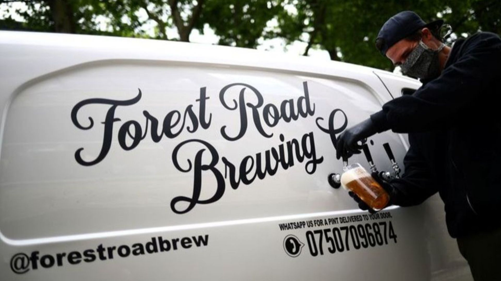 Пъб на колела доставя халби бира и широки усмивки до жители на Лондон