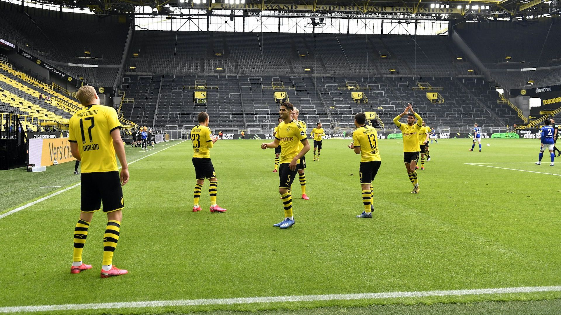 Футболът се завърна! Борусия смаза Шалке в призрачно дерби