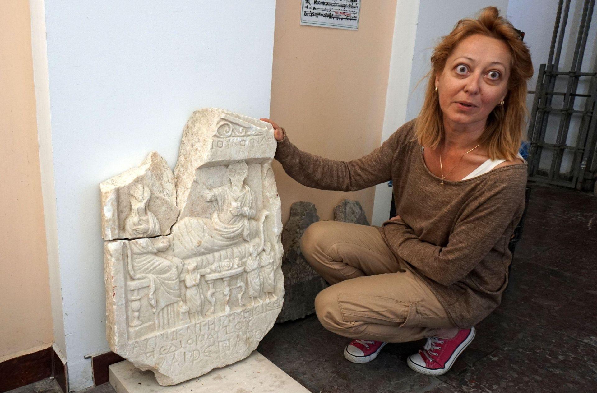 Археологът Елина Мирчева показва находката