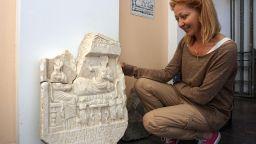 Откриха красива древноримска надгробна плоча във Варна (снимки)