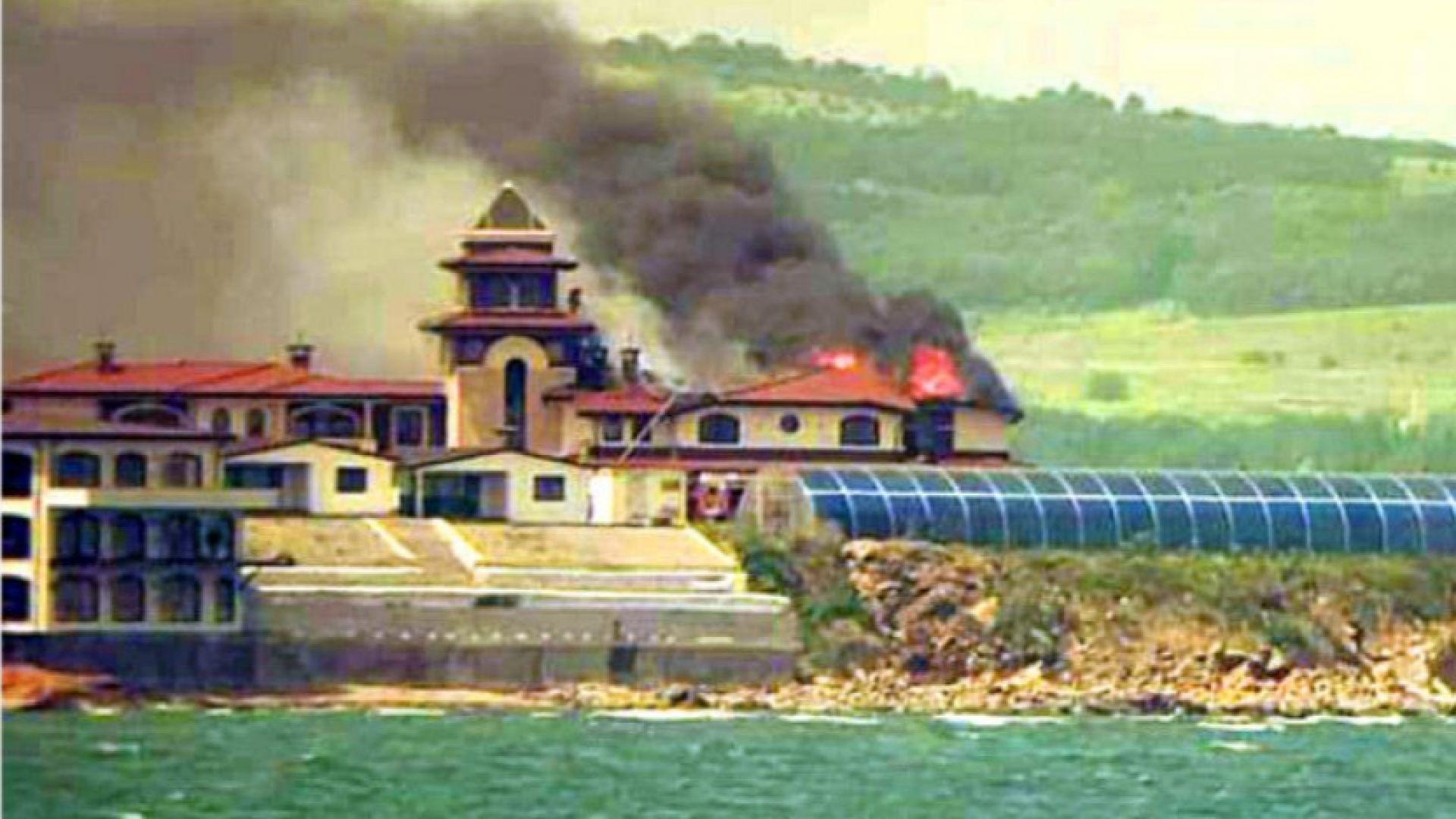 Половината от покрива на постройка е изгорял при пожара в