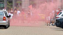 Полиция глоби абитуриенти за димки и неспазване на дистанция (снимки)