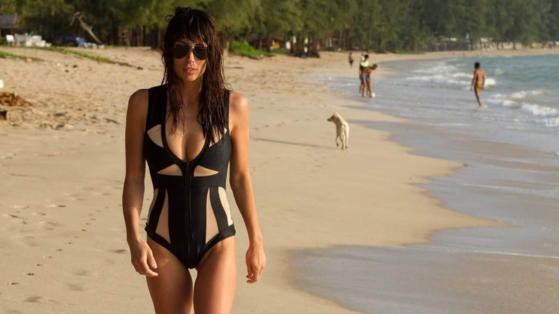 """Жарка """"зима"""": Зара от Big Brother се припича на плажа в Манама"""