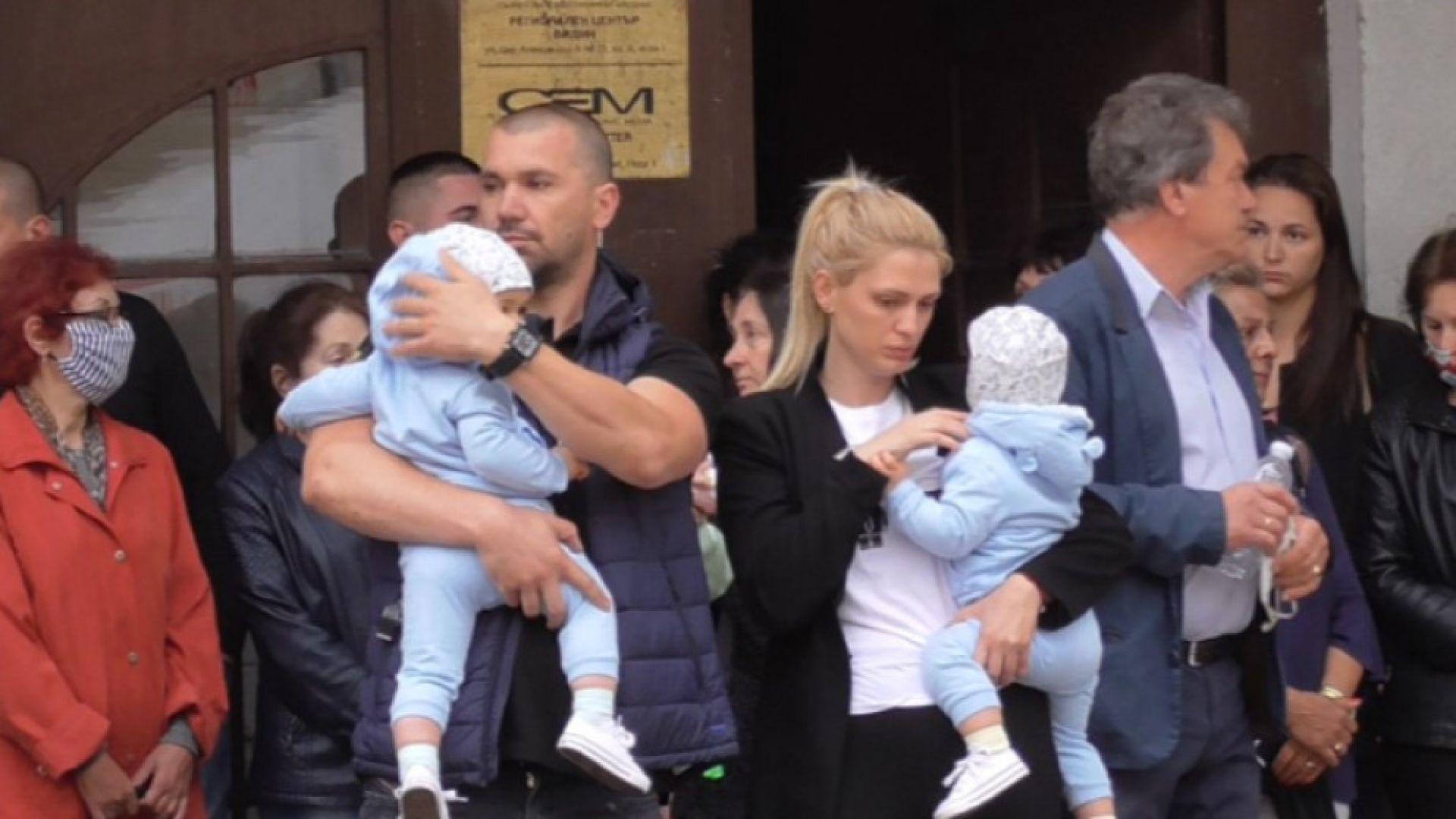 Четирима роми задържани за побоя над съпрузи с бебета в ръце
