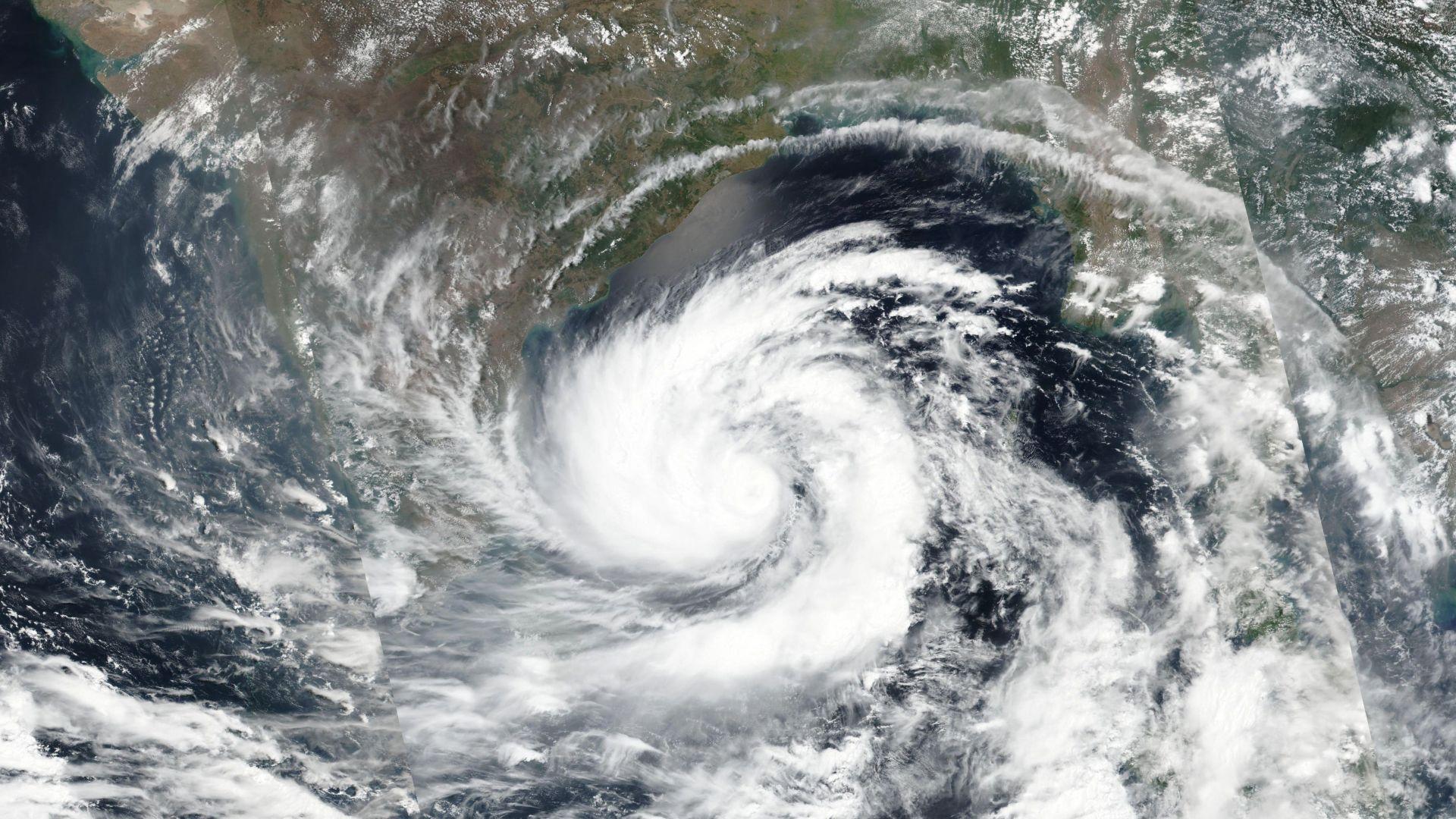 Убийствен циклон връхлита Южна Азия  (видео и снимки)