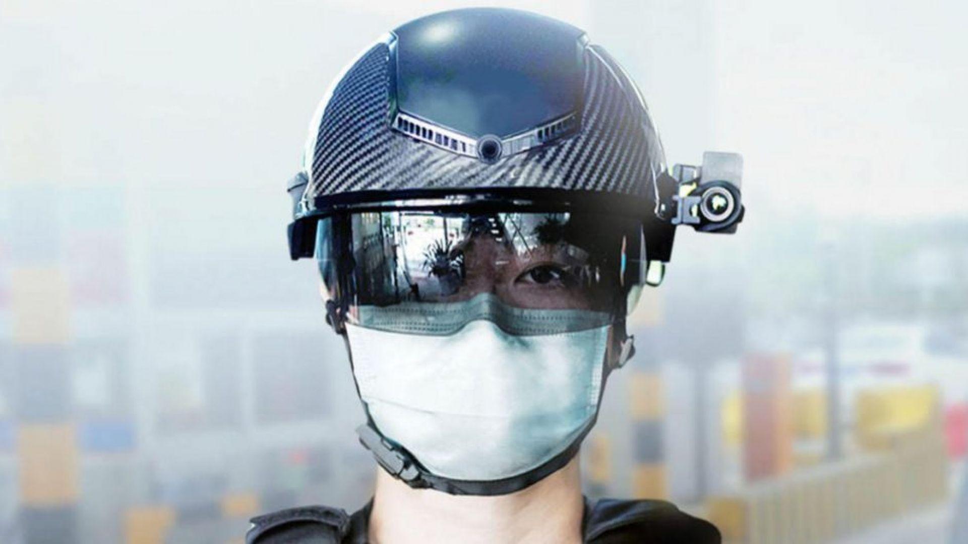 Полицаи сканират температурата на граждани с помощта на умни шлемове