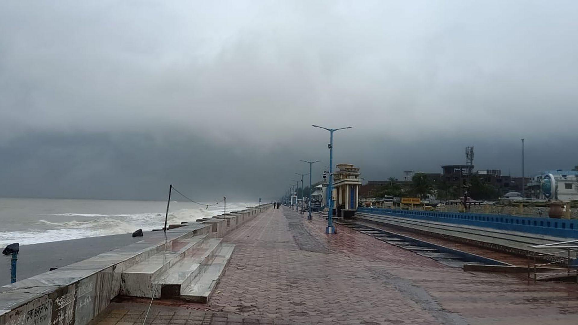 Мощен циклон достигна Индия и Бангладеш (видео)