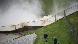 Евакуация на 100 000 души в САЩ заради две скъсани язовирни стени (снимки, видео)