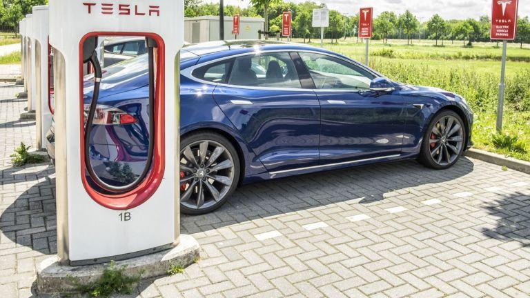 Електромобилите на Tesla ще могат да зареждат други коли