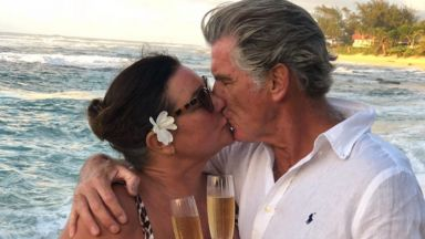 Пиърс Броснан навърши 67 на романтична среща с жена си