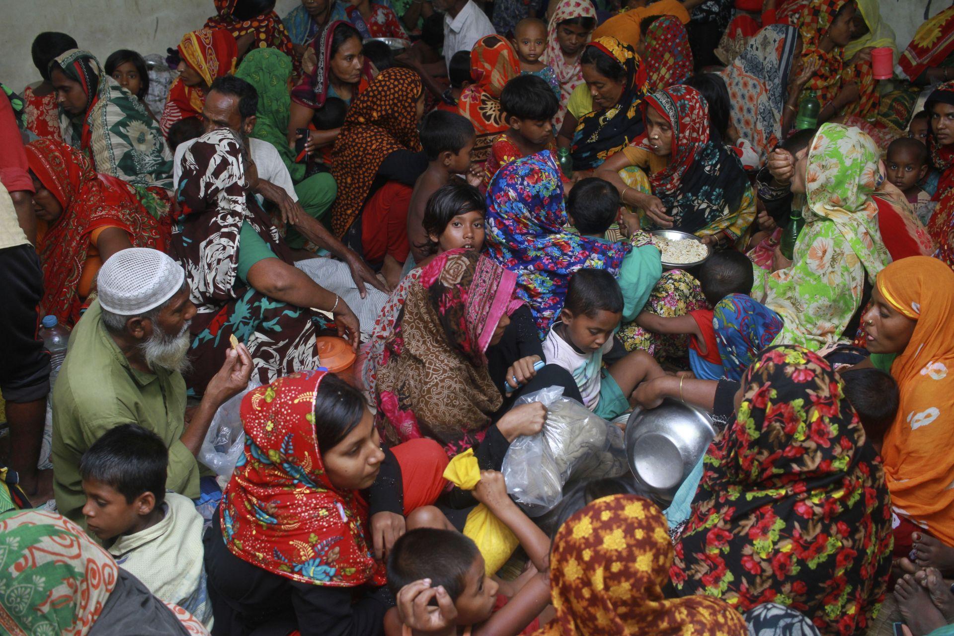 Евакуирани жители в Бангладеж заради циклона