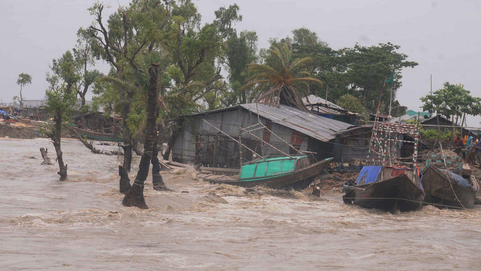Десетки загинали и невиждани разрушения след циклона Амфан (снимки и видео)