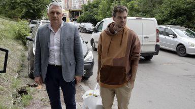 Братът на ЛиЛана чака час пред ареста, но така и не бе задържан