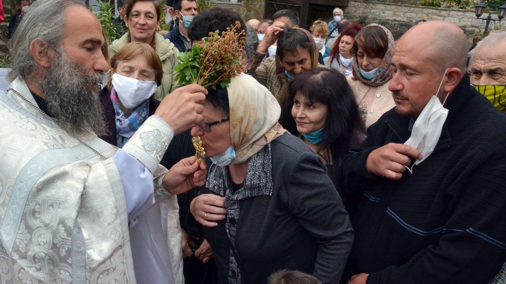 Все повече хора търсят помощ от църквата, заради тревоги и страх от заболяване