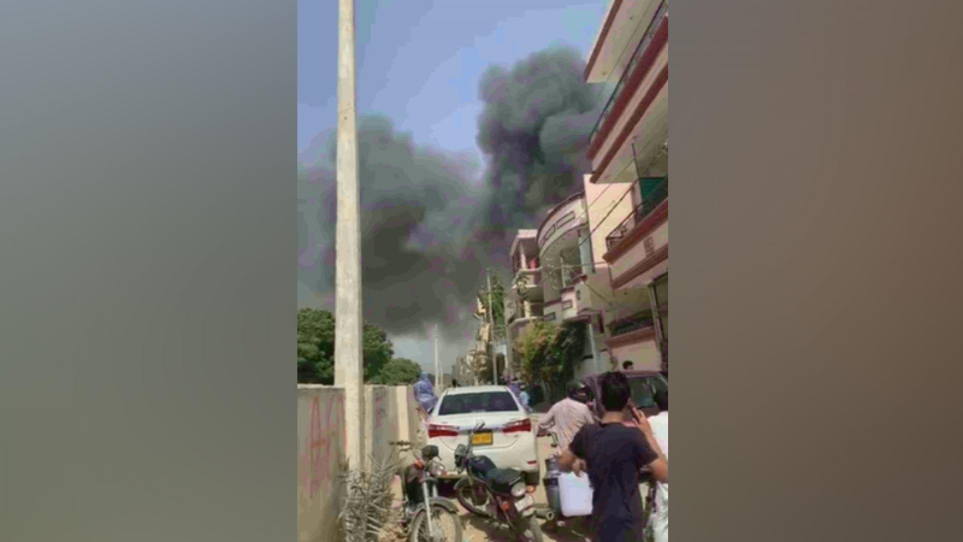 Самолет на Пакистанските международни авиолии се разби в квартал на