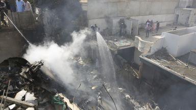 Пътнически самолет с над 100 души се разби в жилищен квартал на Карачи (снимки, видео)