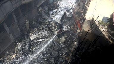 Откриха двама оцелели при самолетната катастрофа в Пакистан (видео)