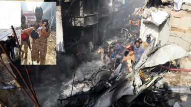 Извадиха две живи бебета от руините след самолетната катастрофа в Карачи (снимки, видео)