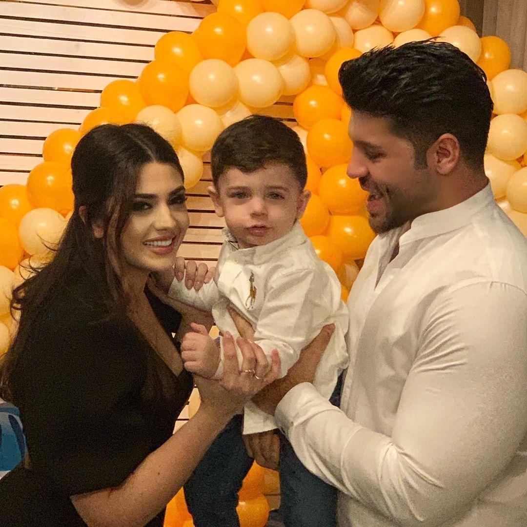 Фики със съпругата и сина си