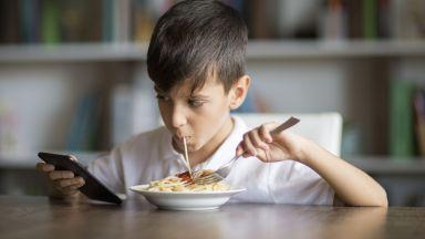 Трапезна маса спасява децата от мобилните телефони по време на хранене