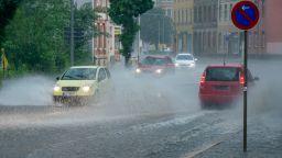 Дъждовно и хладно до петък, чувствително затопляне през уикенда