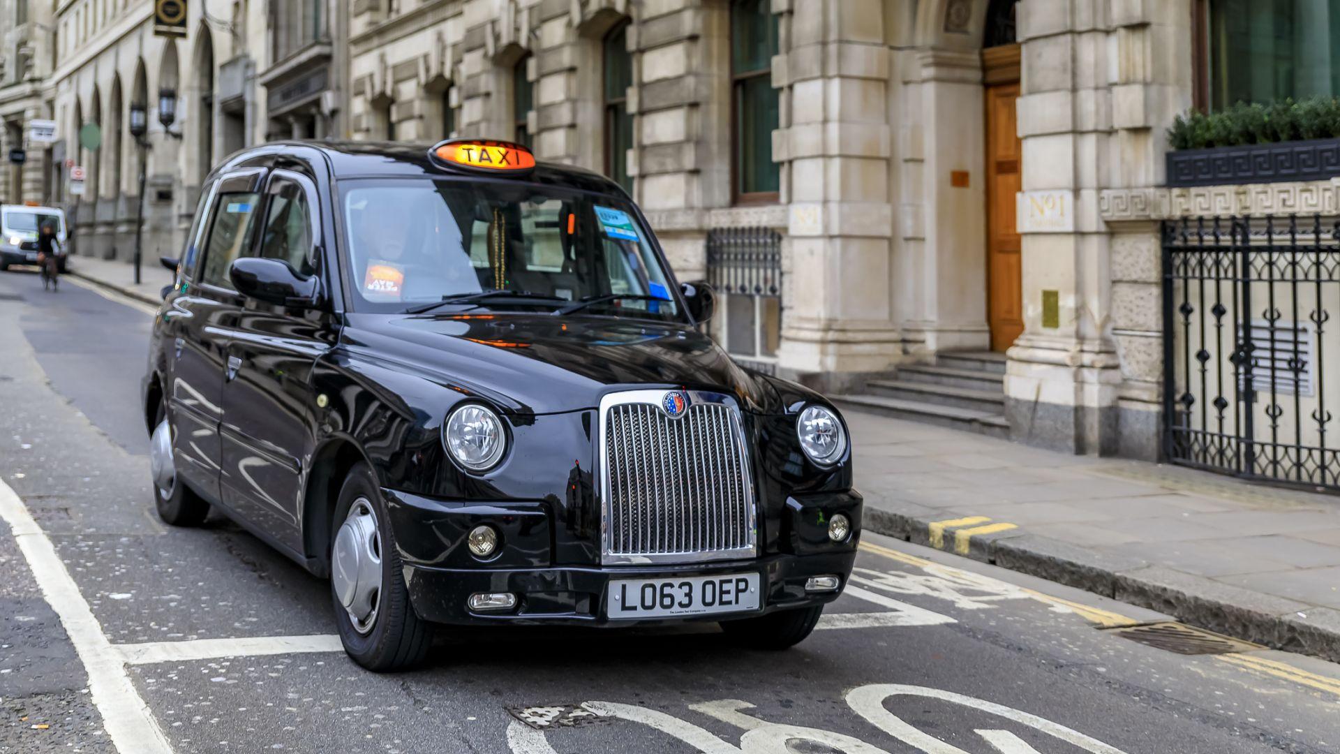 Таксиметров шофьор от Лондон почина в болница, след като пътник,