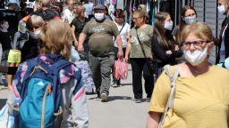 Димитровградският пазар заработи отново и се напълни с хора (снимки)
