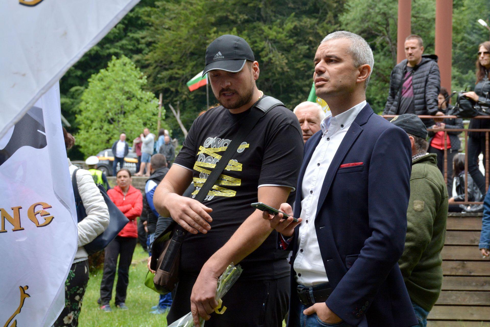 """Лидерът на партия """"Възраждане"""" Костадин Костадинов, когото прокуратурата разследва за присвояване на партийна субсидия, също участва в празника"""