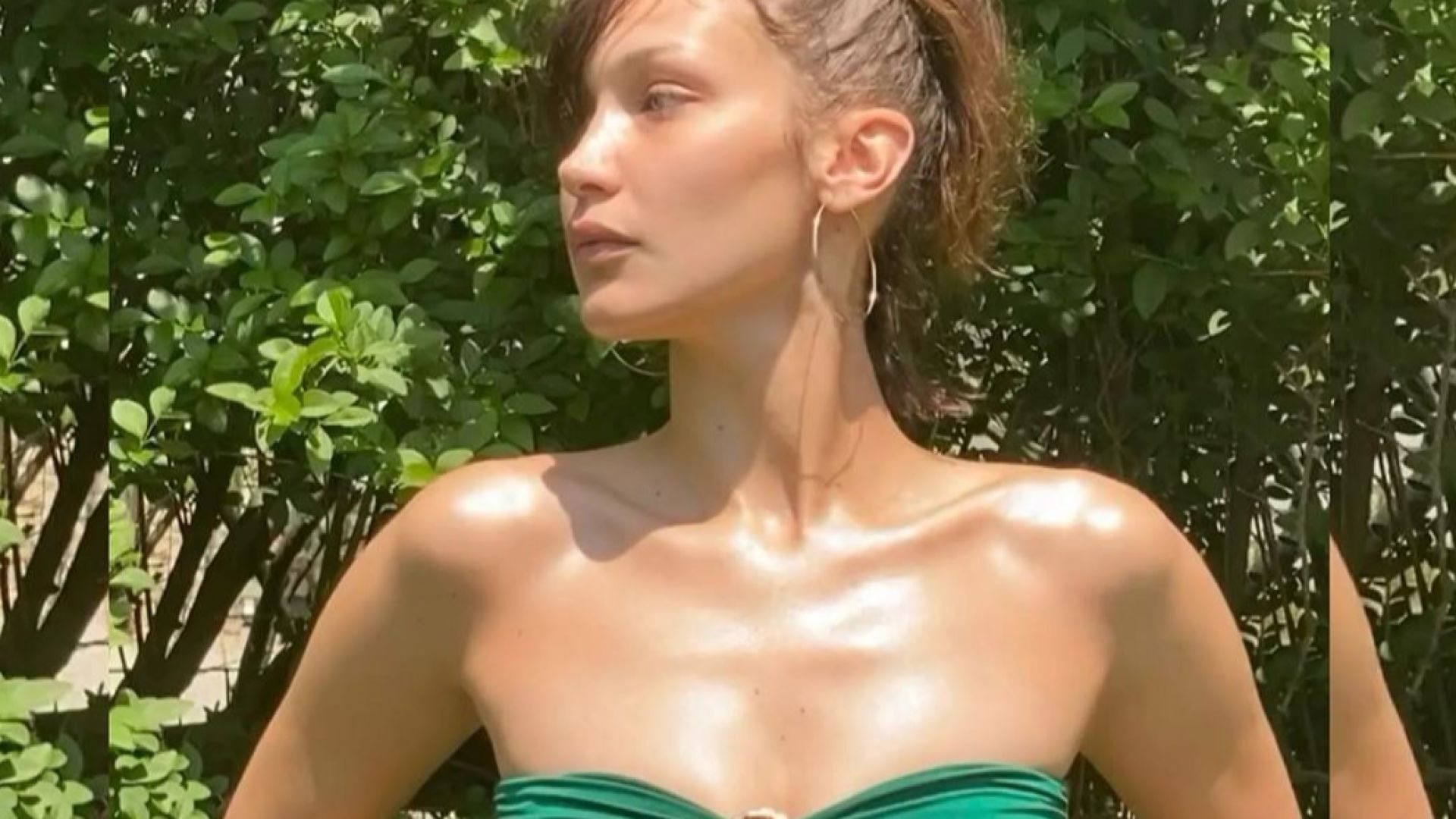 Бела Хадид в зелен бански сред зеленината на пролетната природа
