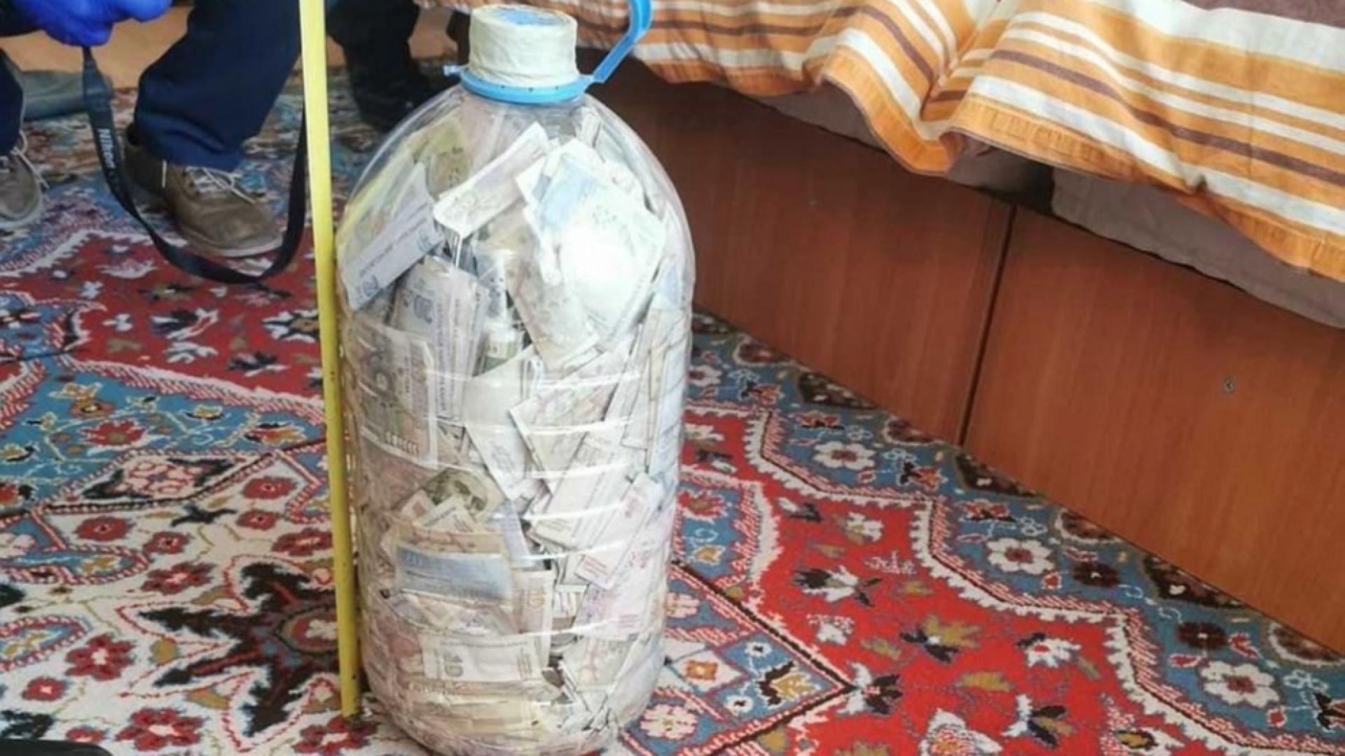 Закопчаха дилъри на дрога във Варна, откриха над 20 хил. лева в туба (снимки)