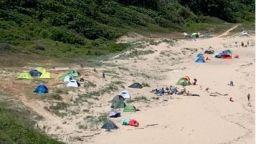 Туристи разпънаха палатки върху дюните на плаж край Синеморец